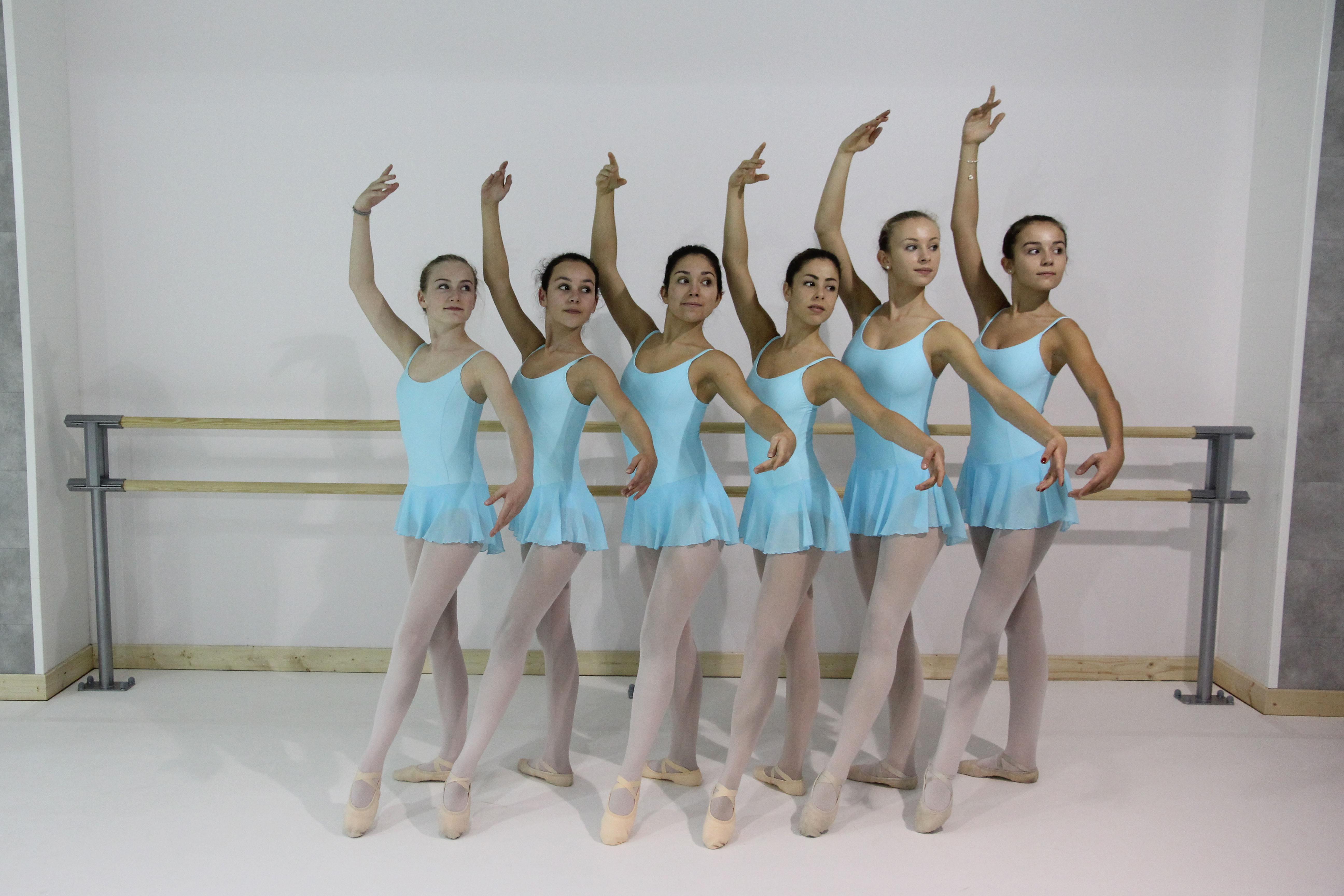 Galerie de la danse espace d di la danse for Exercices barre danse classique